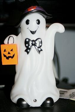 HALLOWEEN GHOST LIGHTS UP SAYS TRICK OR TREAT! MOTION ACTIVA